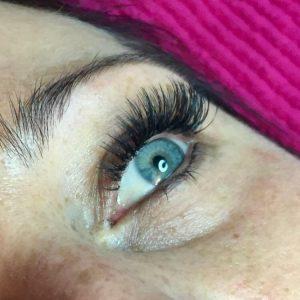 Wimpern und Blaue Augen